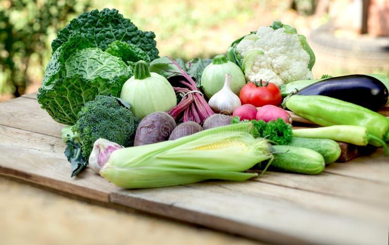 Verdura en la tabla, verduras org?nicas frescas en la consumici?n sana foto de archivo