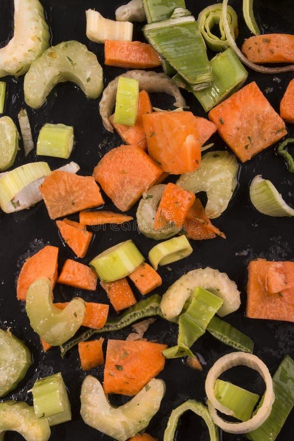 Verdura fresca de la sopa con la zanahoria, los puerros, el apio y el perejil fotos de archivo libres de regalías