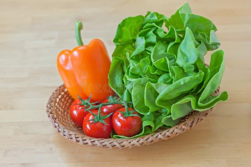 Verdura fresca nel cestino fotografia stock libera da diritti