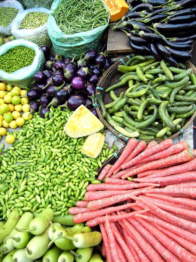 Verdura fresca in un servizio dei coltivatori immagini stock