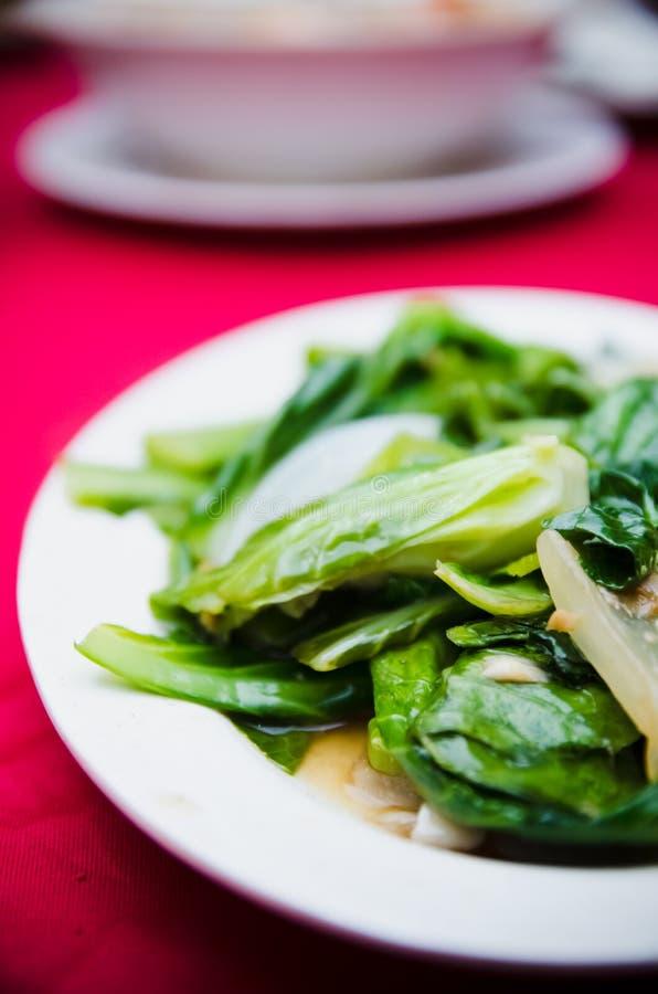 Verdura fritta di Kailan con i pesci salati fotografia stock