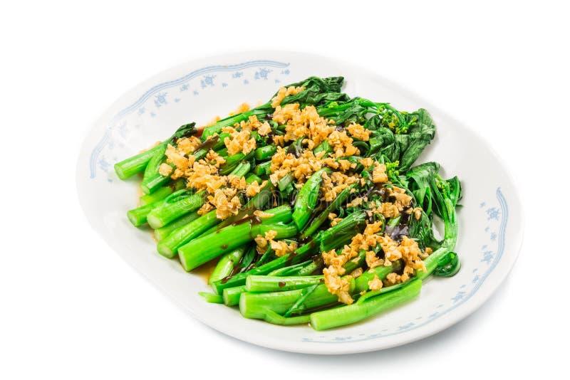 Verdura imbiancata di Choy Sum di cinese con il piatto dell'olio dell'aglio fotografie stock