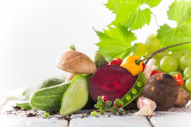 Verdura orgánica sana en la tabla de madera foto de archivo