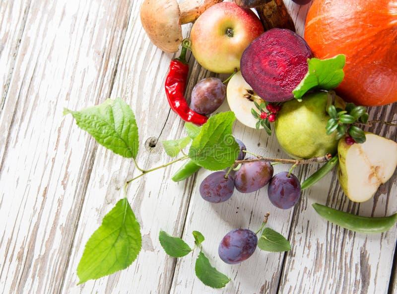 Verdura orgánica sana en la tabla de madera fotos de archivo