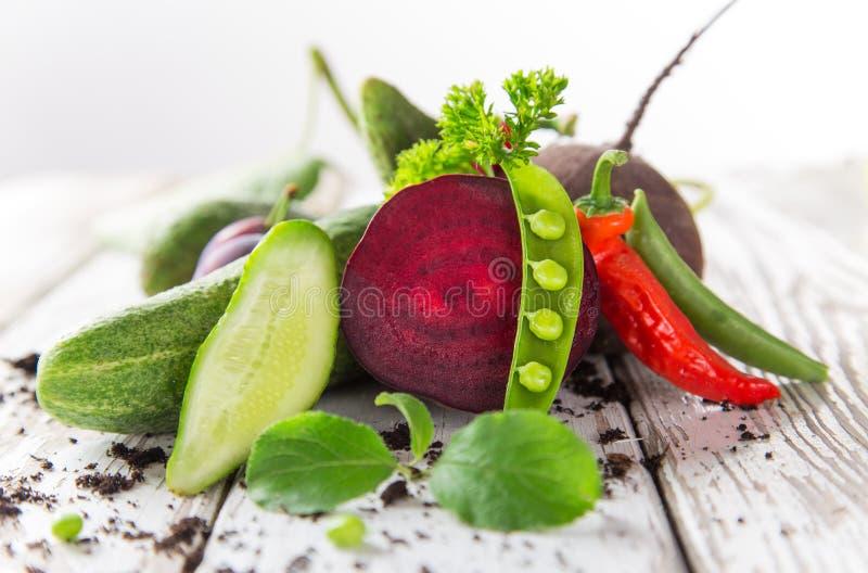 Verdura orgánica sana en la tabla de madera fotografía de archivo libre de regalías