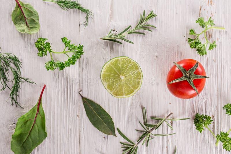 Verdura orgánica sana en la tabla de madera imágenes de archivo libres de regalías