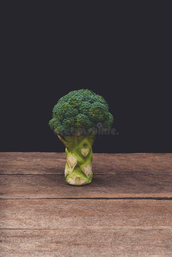 Verdura orgánica verde sana del bróculi fresco en la tabla de madera foto de archivo