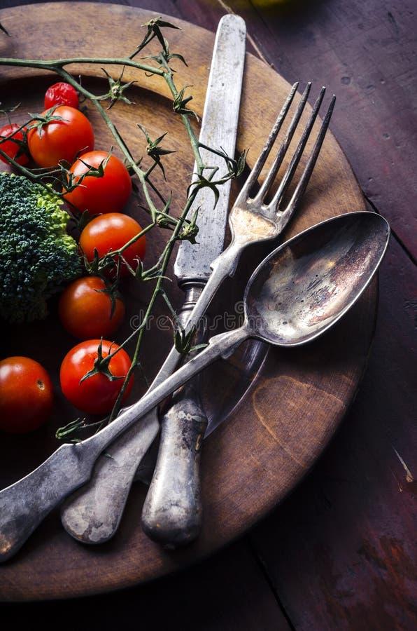 Verdura in piatto di legno fotografie stock