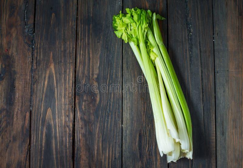 Verdura verde fresca del sedano su legno Vista superiore Priorità bassa organica fotografia stock