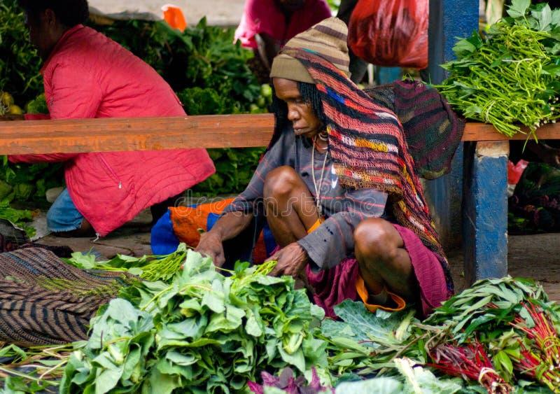 Verdura verde visualizzata per la vendita ad un mercato locale in Wamena immagine stock libera da diritti