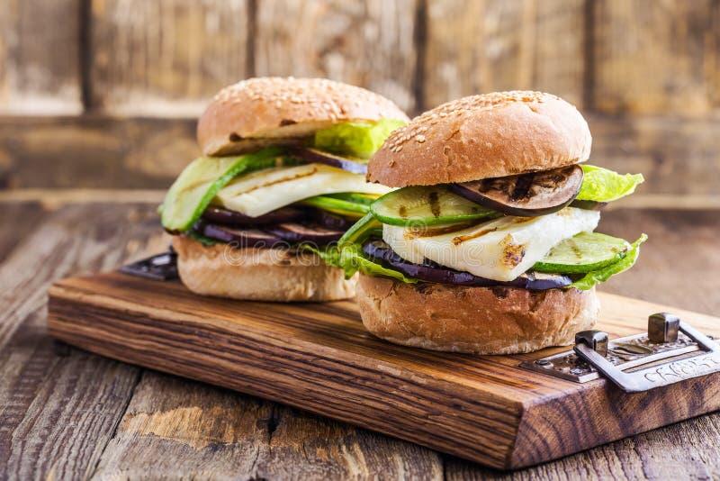 Verdura y hamburguesa asadas a la parrilla del haloumi con lechuga romana fotografía de archivo