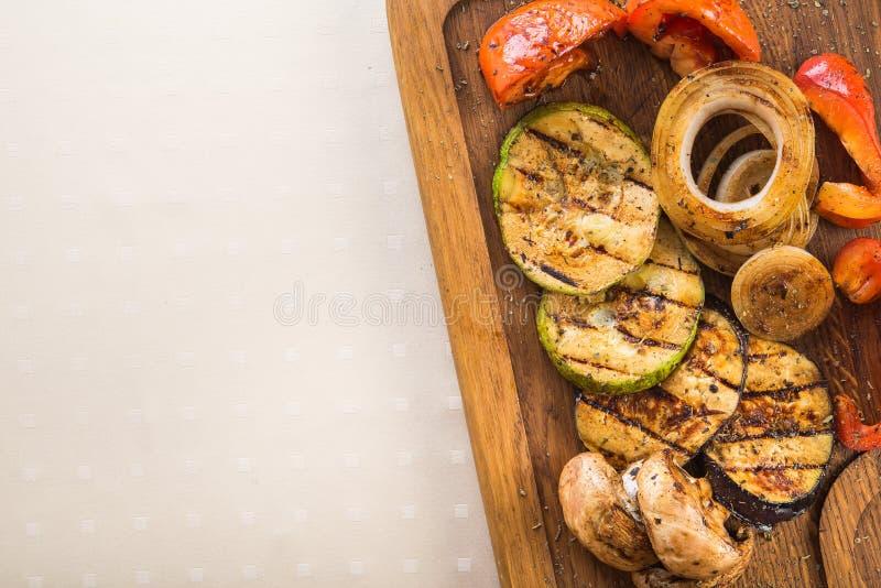 verduras asadas a la parrilla, berenjena, calabacín, setas, pimientas foto de archivo libre de regalías