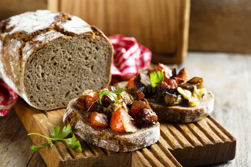 Verduras asadas a la parrilla con las hierbas en el pan hecho en casa fotografía de archivo libre de regalías