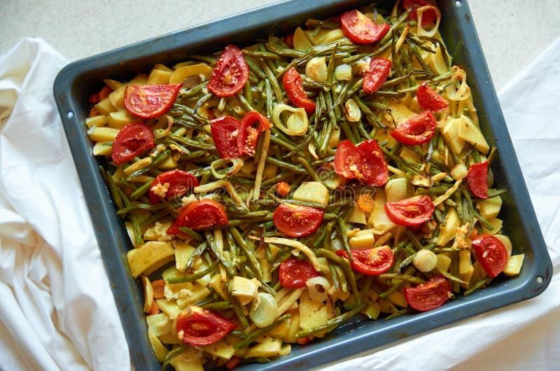 Verduras asadas a la parrilla de la mezcla en el fondo blanco fotos de archivo