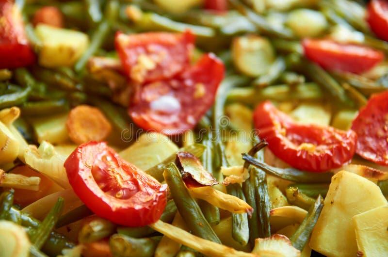 Verduras asadas a la parrilla de la mezcla en fondo borroso fotografía de archivo