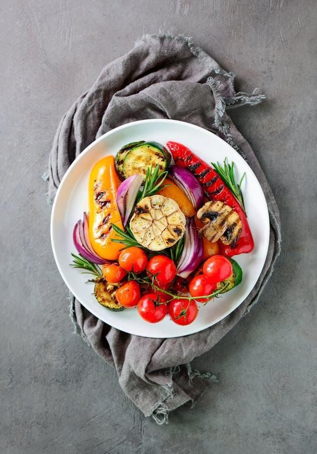 Verduras asadas a la parrilla ensalada, visión superior fotografía de archivo libre de regalías