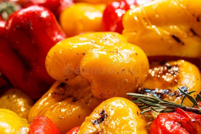 Verduras asadas a la parrilla recientemente cocinadas, tomates, setas, berenjena fotos de archivo