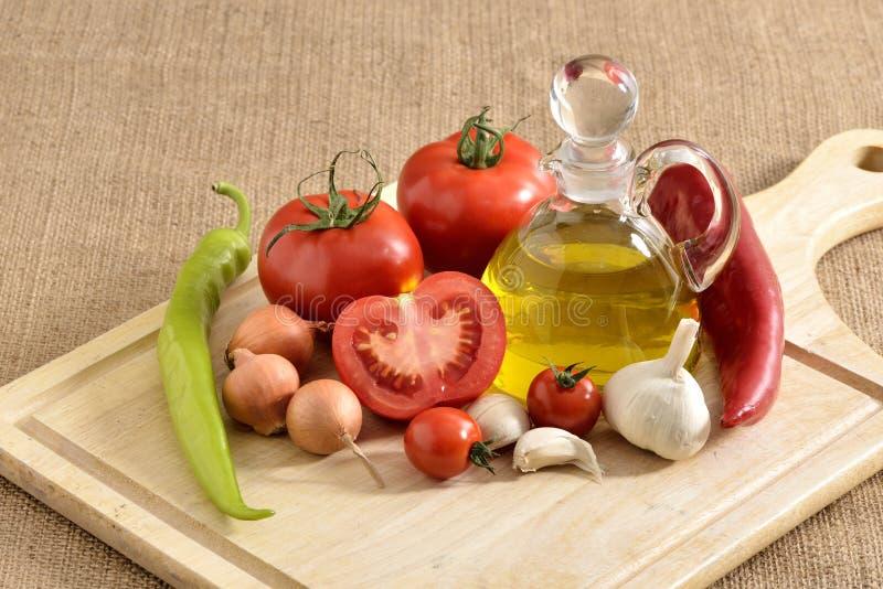 Verduras - cebolla, ajo, pimienta de chiles, tomates y fotografía de archivo