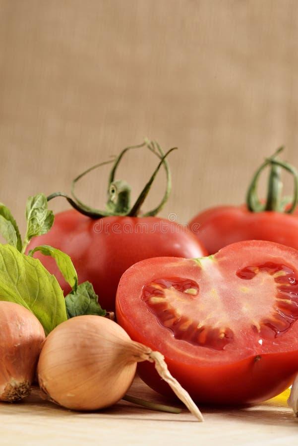 Verduras cebolla, tomates y menta verde imagen de archivo libre de regalías