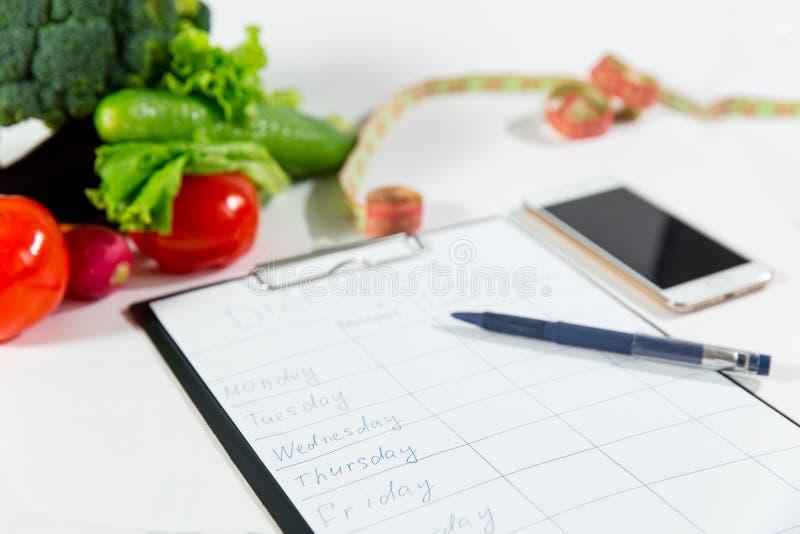Verduras, cinta métrica, teléfono celular, plan de la dieta imágenes de archivo libres de regalías