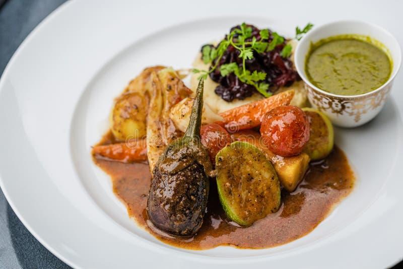 Verduras cocidas al vapor con los purés de patata y la salsa imagen de archivo