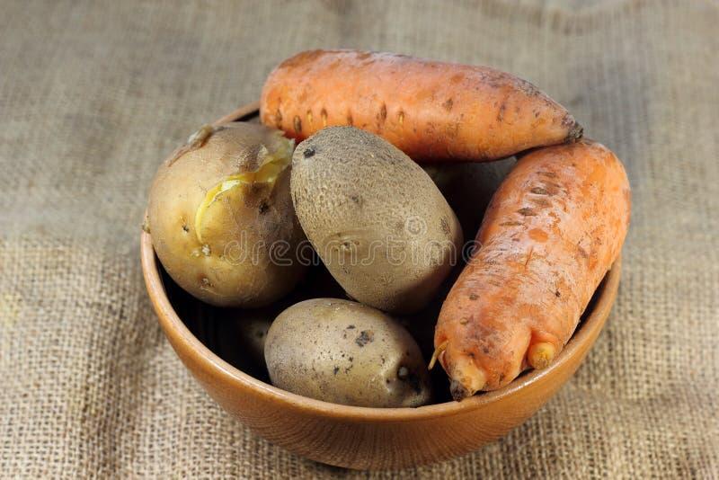 Verduras cocinadas en sus pieles fotos de archivo