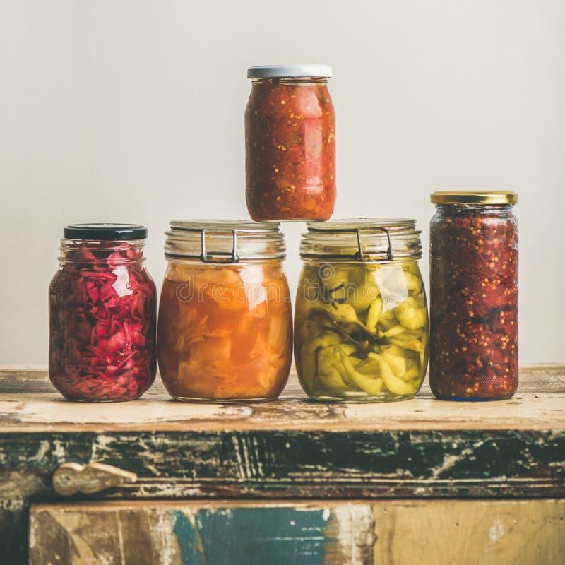 Verduras coloridas conservadas en vinagre del otoño o fermentadas estacionales, cosecha cuadrada fotografía de archivo