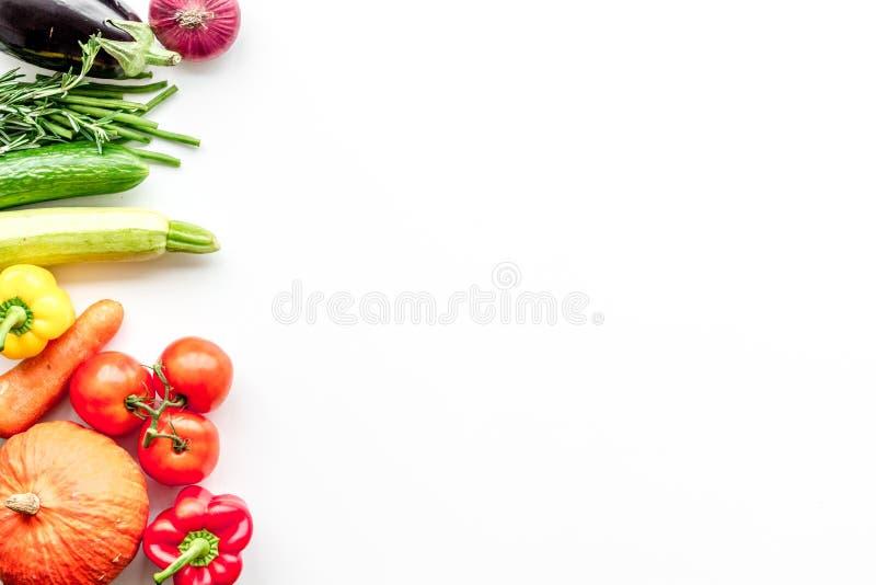 Verduras coloridas para la dieta sana Paprika, tomates, zanahoria, calabacín, berenjena en la opinión superior del fondo blanco fotografía de archivo