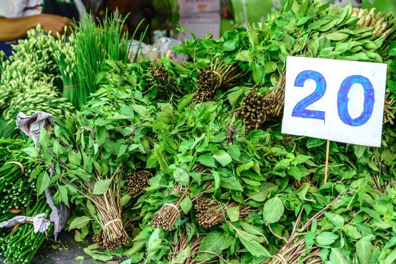 Verduras con el precio en el mercado foto de archivo libre de regalías