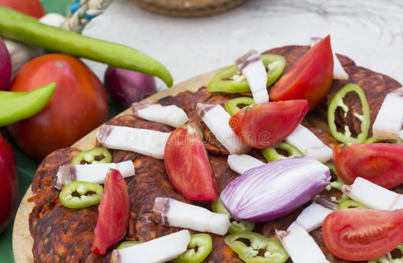 Verduras con el salami tradicional imagen de archivo
