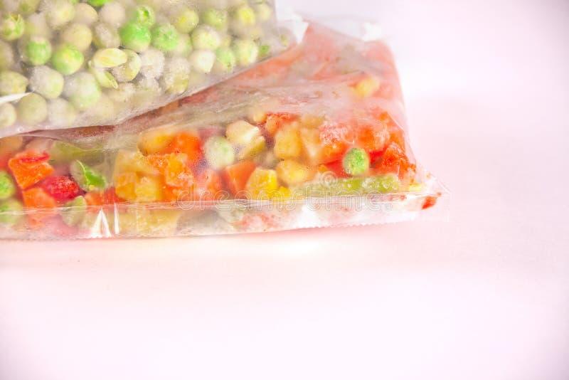Verduras congeladas en una bolsa de plástico Concepto sano del almacenamiento de la comida imagen de archivo libre de regalías