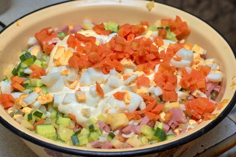 Verduras cortadas y huevos hervidos en un cuenco amarillo, preparación para cocinar la ensalada imágenes de archivo libres de regalías