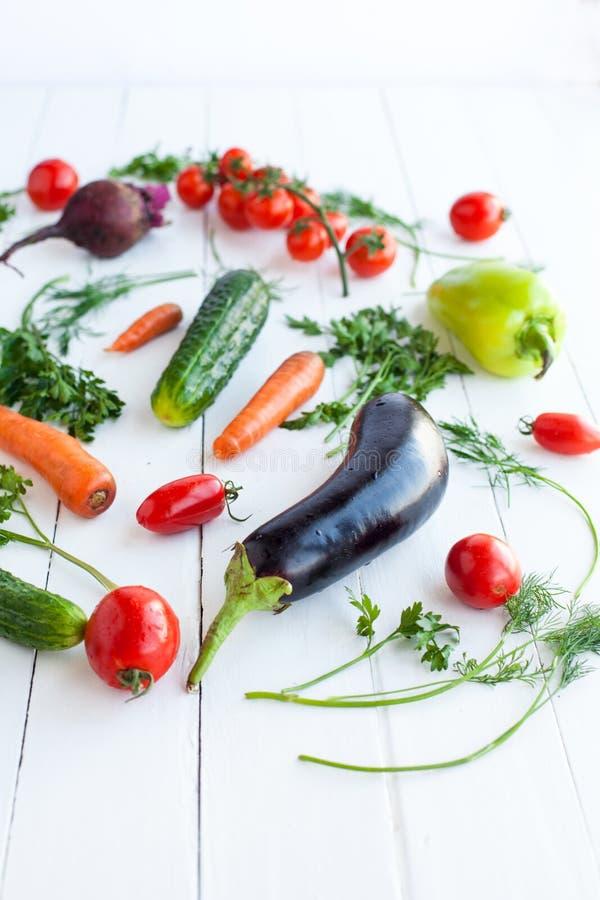 Verduras crudas en el fondo blanco, foco selectivo foto de archivo libre de regalías