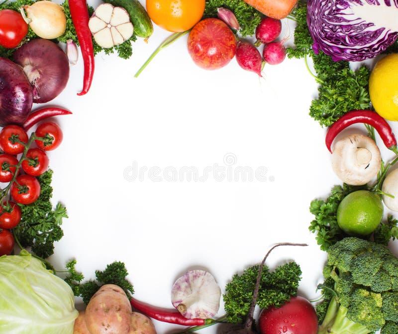 Verduras crudas frescas en un fondo blanco imagenes de archivo