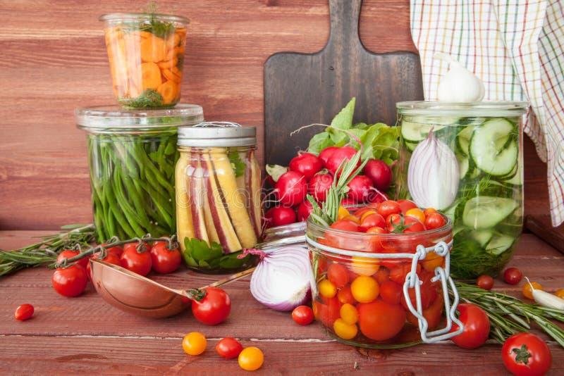 Verduras de conserva en vinagre con romero fotografía de archivo
