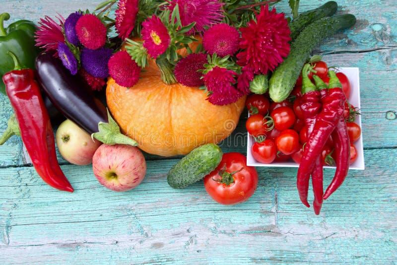 Verduras de la cosecha, frutas y flores frescas Astra foto de archivo