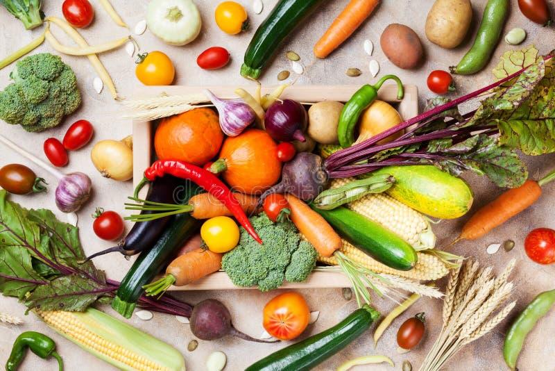 Verduras de la granja de la cosecha del otoño y cultivos de raíces en la opinión superior de la caja de madera Sano y alimento bi imagen de archivo libre de regalías