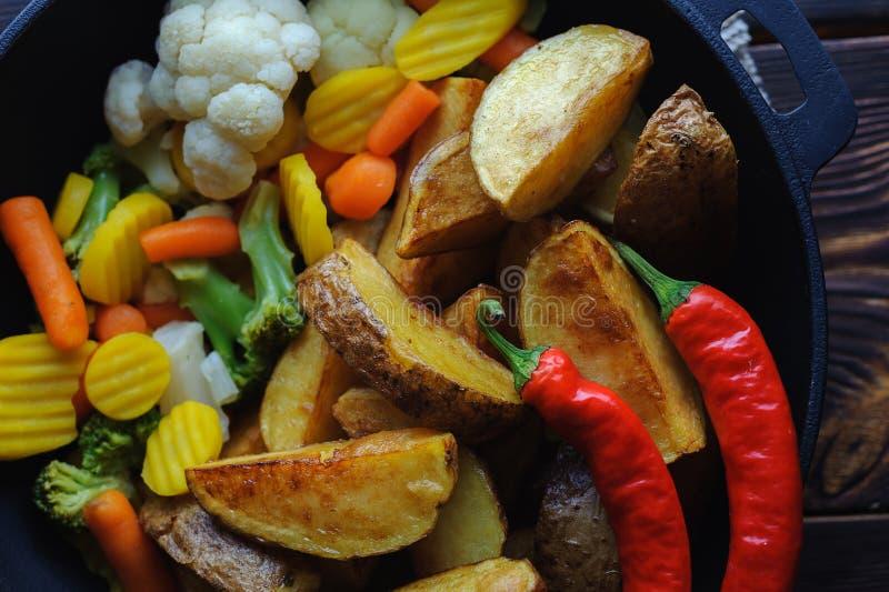 Verduras de la patata y pimientas de chiles cocidas en una opinión superior de la cacerola imagen de archivo libre de regalías