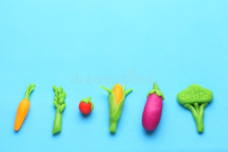 Verduras de la plastilina para la dieta sana Zanahorias, espárrago, tomate, maíz, berenjena y bróculi Antioxidantes, comidas orgá fotos de archivo