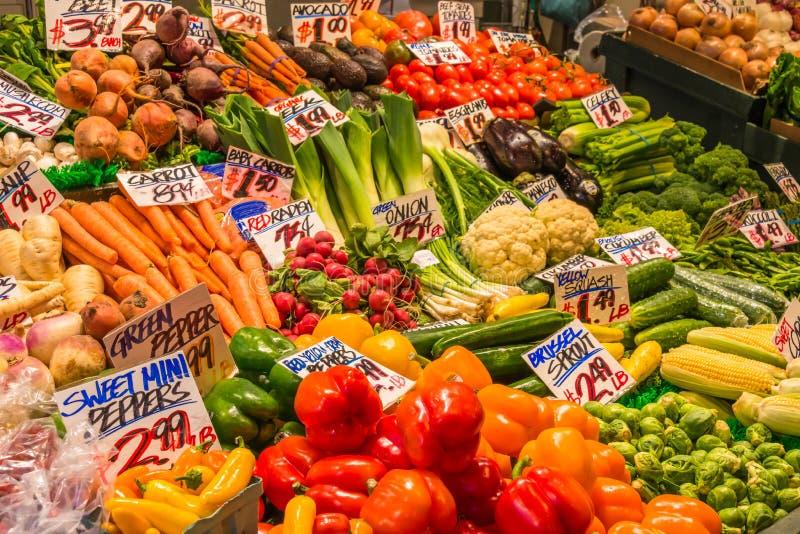 Verduras de la variedad de la visualización en mercado imagen de archivo libre de regalías