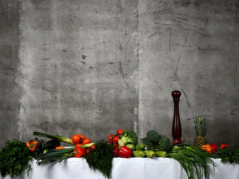 Verduras de los ingredientes alimentarios, hierbas de las frutas y especias sanas Verduras orgánicas en la tabla fotografía de archivo libre de regalías