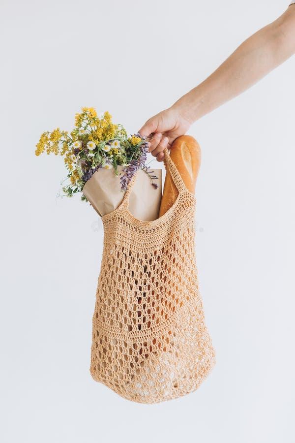Verduras del bolso de secuencia del estilo del eko de la mujer que hacen compras foto de archivo