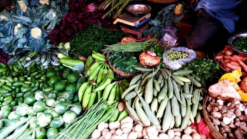 Verduras del pueblo en una tienda del mercado imágenes de archivo libres de regalías