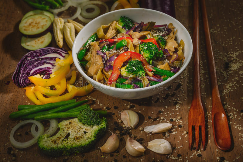 Verduras del sofrito del wok con el pollo y los tallarines imagen de archivo
