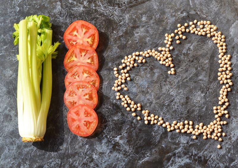 Verduras Dieta Apio, tomate, garbanzos del cereal del corazón foto de archivo