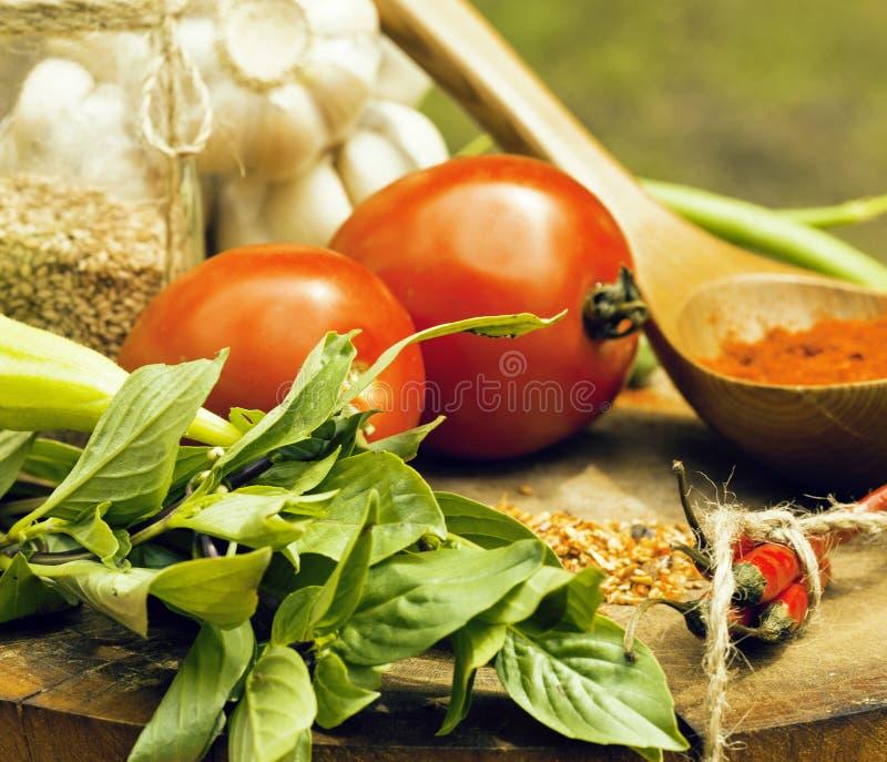 Verduras En La Cocina De Madera Con Spicies, Tomate, Chile, Verde ...