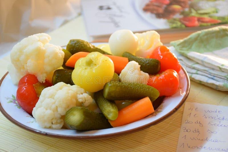 Verduras en la placa foto de archivo