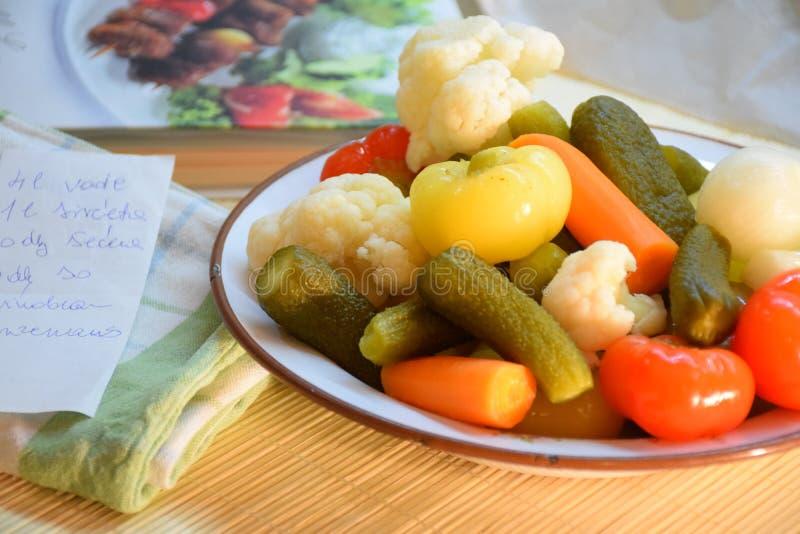 Verduras en la placa imagenes de archivo