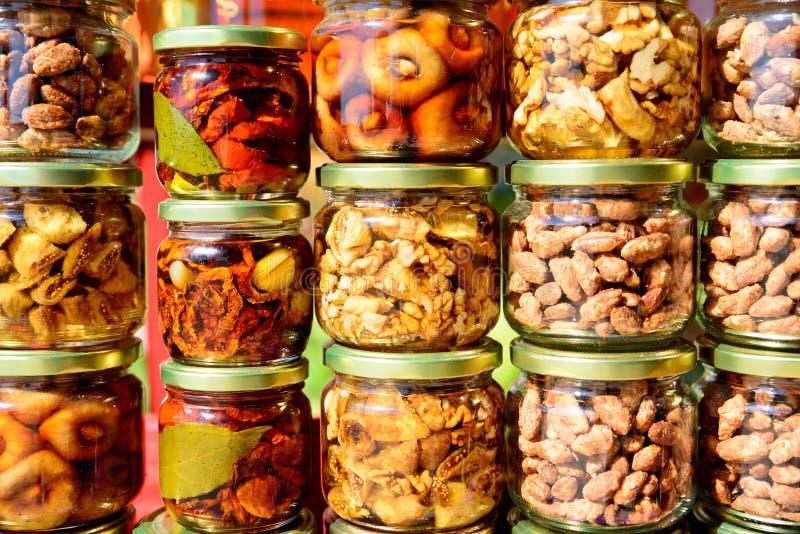Verduras en los tarros de cristal imágenes de archivo libres de regalías