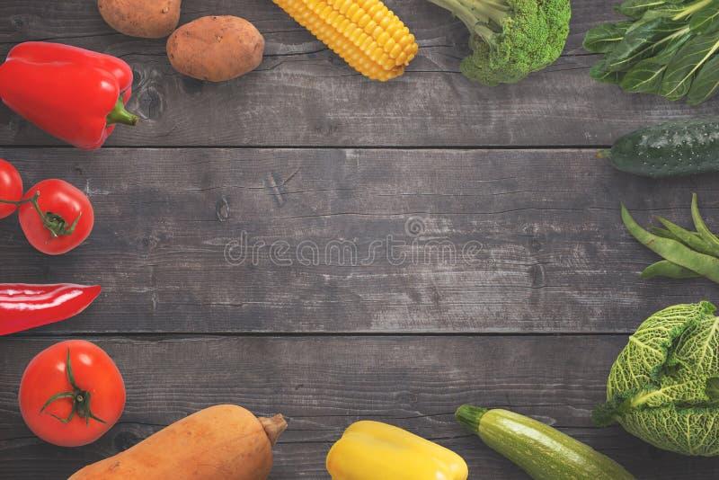 Verduras en superficie de madera negra con el espacio de la copia en el centro imágenes de archivo libres de regalías